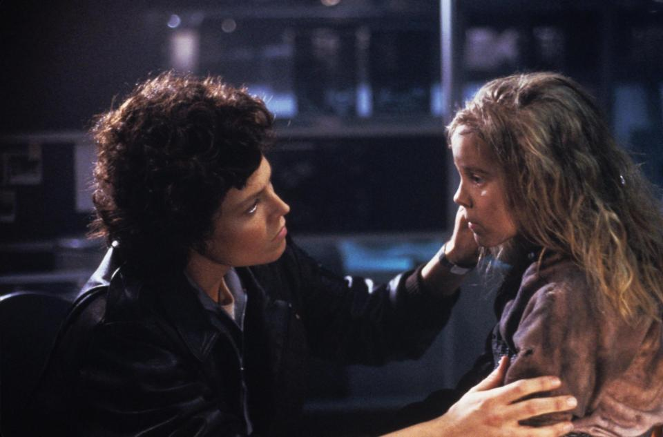 still-of-sigourney-weaver-and-carrie-henn-in-aliens-misiune-de-pedeapsa-(1986)-large-picture[1]