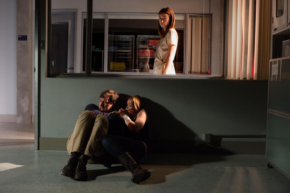still-of-sarah-bolger,-mark-duplass-and-olivia-wilde-in-the-lazarus-effect-(2015)-large-picture[2]